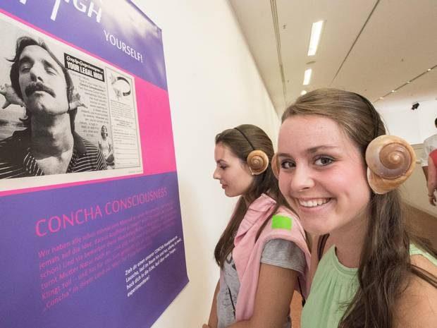 """Muscheln über den Ohren verstärken die Wirkung der Musik in der """"Dopamine Disco"""": Carina Henke und Prisca Lohmann erkunden alternative Möglichkeiten, """"Rauschzustände"""" ohne Drogen zu erreichen. Foto: Benjamin Westhoff"""